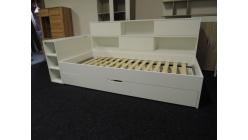 Nová bílá postel s přistýlkou a regály