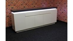 Nová velká šedobílá skříňka s osvětlením FORNICO
